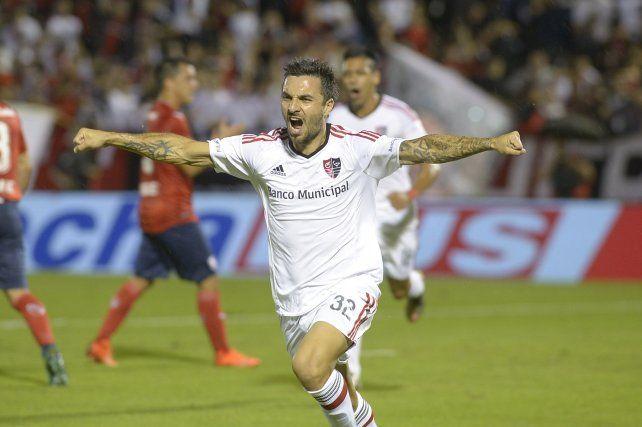 Otros tiempos. Nacho Scocco festeja un gol con la camiseta de Newells.