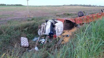 Camión volcó y desparramó su carga de maíz en la ruta