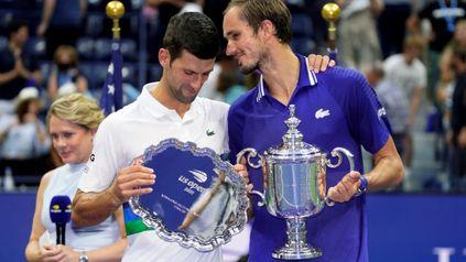 Djokovic recibe los elogios del ruso, quien en la ceremonia lo llamó el mejor de la historia.