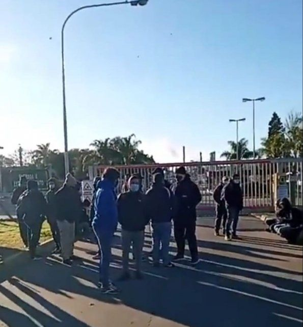 Hoy desde muy temprano los trabajadores de Dow se manifestaron frente a la planta de Puerto San Martín.