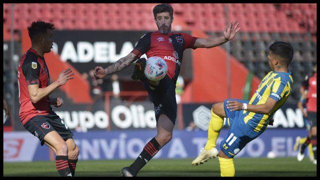Pablo Pérez, de buen primer tiempo, anticipa a Ferreyra. Fue amonestado y se retiró en el segundo tiempo reemplazado por Fernando Beluschi.