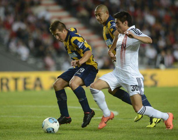 El delantero protege la pelota ante la marca del adversario. (Foto: F. Guillén)