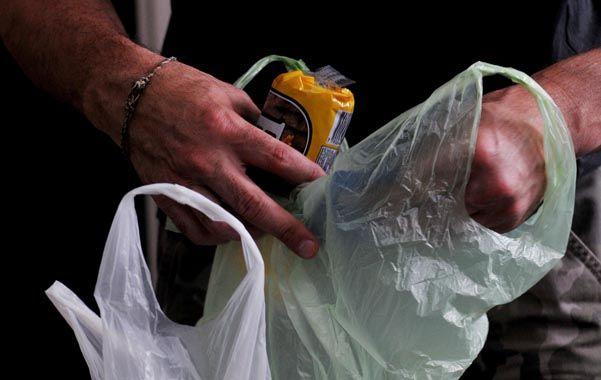Previo a la eliminación de las bolsas habrá una entrega gratuita de bolsitas de tela. (Celina Mutti Lovera / La Capital)