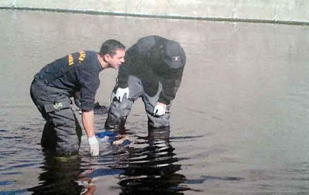 Trágico. El momento en que los bomberos rescatan a Lares del agua.
