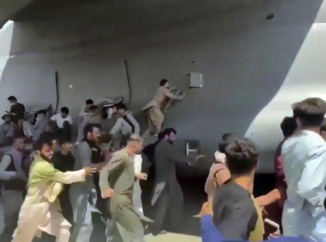 Fuga desesperada. Afganos se cuelgan de un avión estadounidense que parte de Kabul el 16 de agosto. Varios de ellos murieron al caer al vacío.