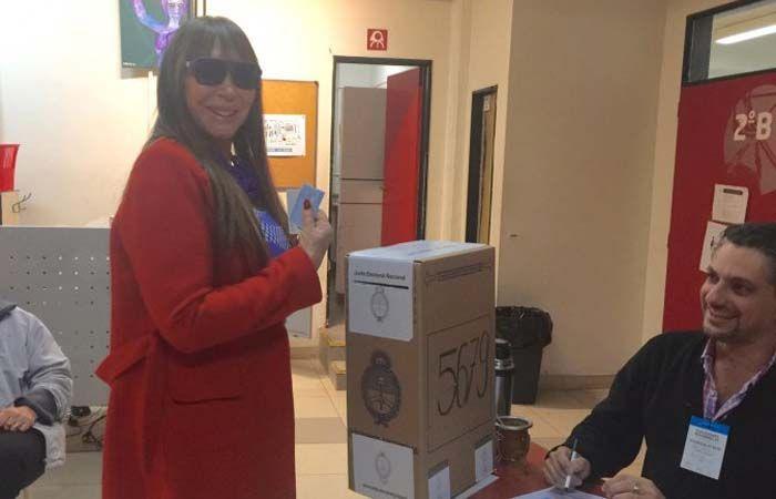 Moria Casán emitió su voto en horas de la tarde en un colegio del barrio porteño de Núñez.