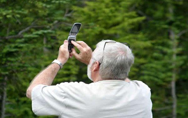 A ver acá. Muchos usuarios deben salir al patio o subirse a un banquito para obtener señal en el celular.