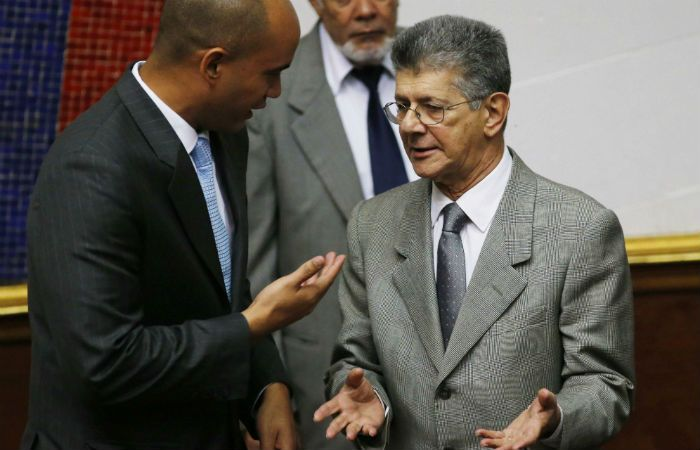 Debate. El diputado oficialista Héctor Rodríguez conversa con el titular de la Asamblea
