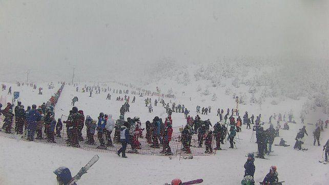 Este martes la tan esperada nieve llegó a la base del centro de deportes de invierno del Cerro Catedral.