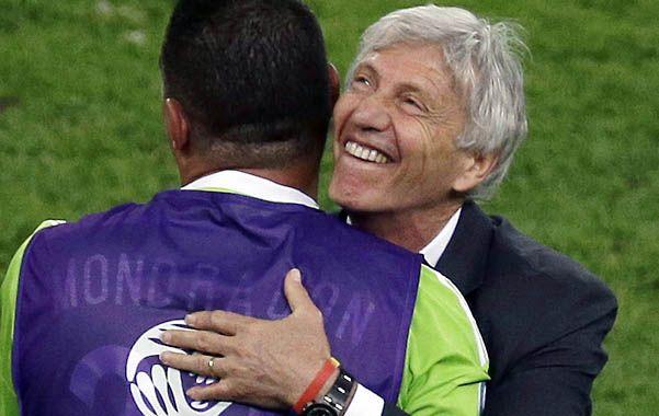 Es el equipo de José. El DT argentino se abraza con Farid Mondragón.
