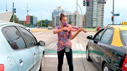 Isis es violinista y toca su violín rosa en los semáforos frente al Barquito de papel de Francia y el río.