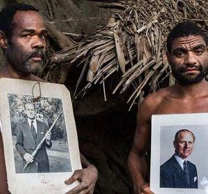 Dos nativos de Tanna exhiben fotografías de su dios