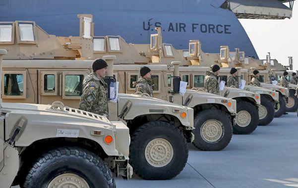 Arribo. Los Humvees alineados en el aeropuerto de Donbás.