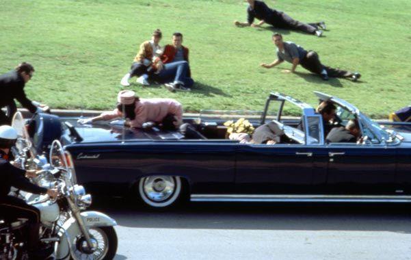 Magnicidio. El momento en que el presidente Kennedy es mortalmente herido. Su esposa Jackie intenta escapar.