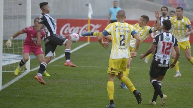 Marco Ruben estiró la pierna en el cuarto gol para definir el pleito.