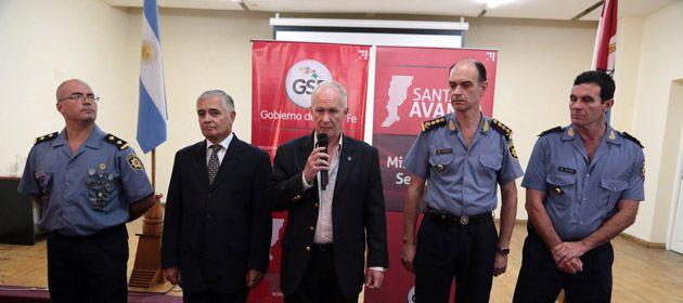 El ministro Lamberto habla durante la asunción de Forni (primero desde la izquierda).