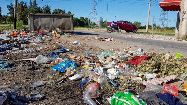Los desperdicios y residuos domiciliarios inundan las inmediaciones del club barrial ubicado en 27 de Febrero y Río de Janeiro.