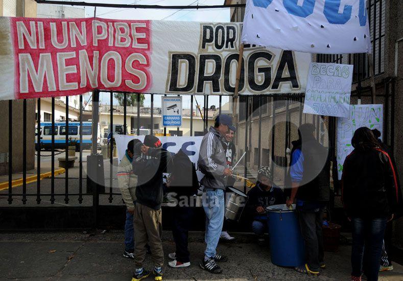 Olla popular frente a Desarrollo Social. Con el reclamo también buscaron mostrar la grave crisis que sufre la población / Foto: Mauricio Centurión - Uno Santa Fe
