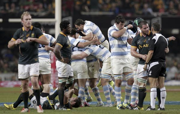El equipo argentino festeja tras la obtención del histórico triunfo frente a Sudáfrica en Durban. (Foto: AFP)