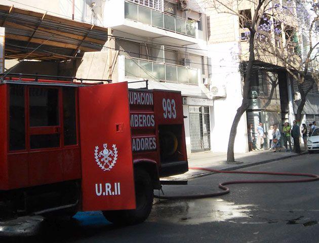 Por precaución los vecinos del inmueble debieron dejar el edificio. (Foto: S. Suárez Meccia)