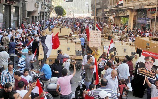 Los manifestantes progubernamentales saludaron a los tanques ayer en El Cairo.