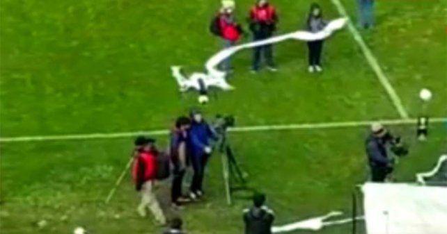 Bajaron un dron con un rollo de papel en pleno partido del ascenso y el video se volvió viral