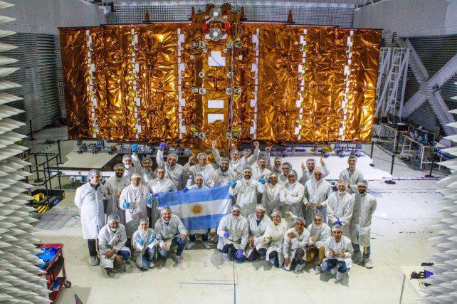 Los tecnólogos junto al flamante satélite.