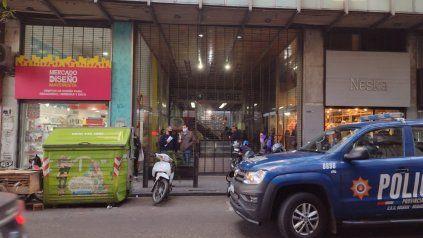 La policía en San Luis al 1600. En ese edificio, que tiene en planta baja una galería, se produjeron los saqueos.