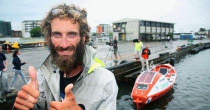 Rescataron a un italiano que cruzaba el Océano Pacífico en un bote a remo