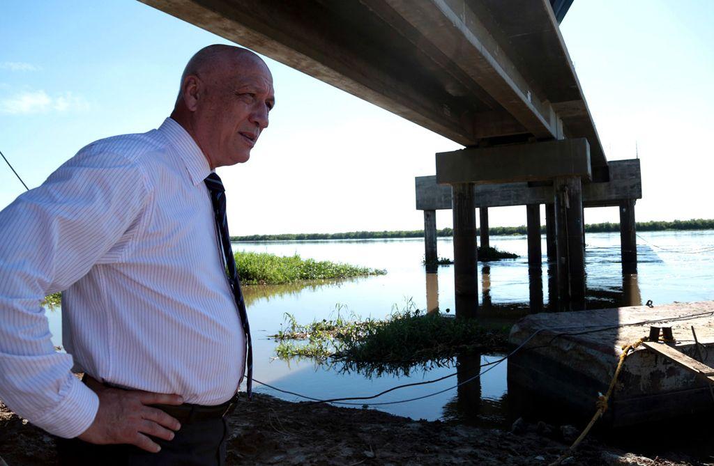 Recorrida. El gobernador santafesino visitó la zona y observó las obras de la toma de agua a la vera del río.