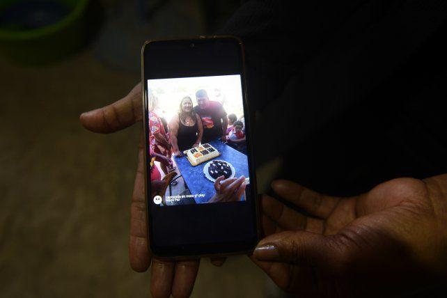 Laura, madre de Misael, muestra una foto con su hijo.