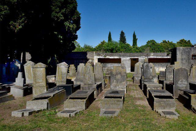 No puede enterrar a su abuelo: sospecha que entregaron el cuerpo por error a otra familia