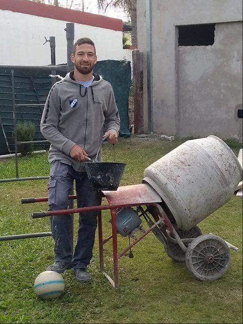 La segunda profesión.  El delantero además de defender los colores de Argentino se dedica a la albañilería junto a su padre.