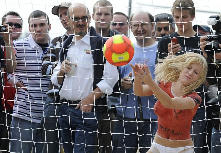 Un poco de distensión: chicas desnudas juegan su propia Eurocopa