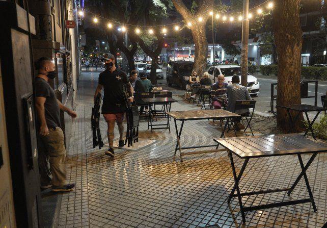 Restaurantes y cervecerías de avenida Pellegrini comenzaron ayer a cumplir las nuevas restricciones horarias.