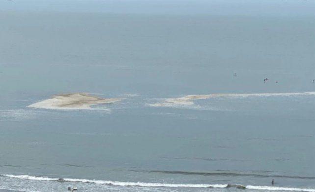 Mar del Plata. Una extensa mancha en el mar de color marrón se detectó en la zona comprendida entre el Torreón del Monje y el Club de Pesca.