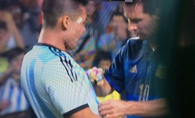 Messi firmó la camiseta de un hincha honkonés que burló la seguridad y se metió al campo de juego.