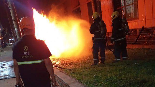Personal de Bomberos y de Litoral Gas trabaja en la zona de Suipacha entre Santa Fe y San Lorenzo.