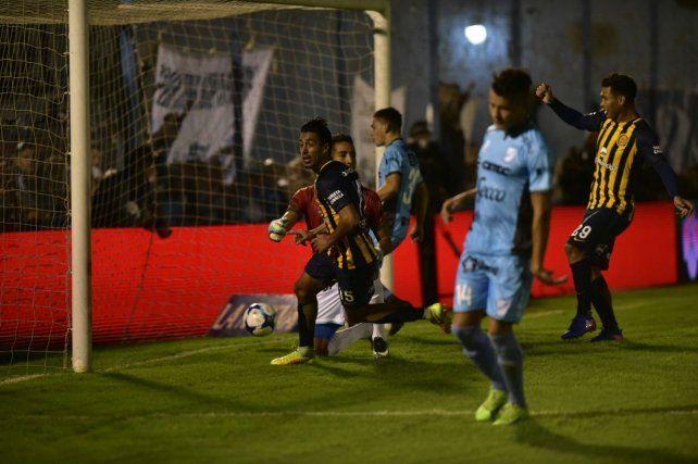 Camacho ya tocó al gol y comienzo el festejo del volante uruguayo.