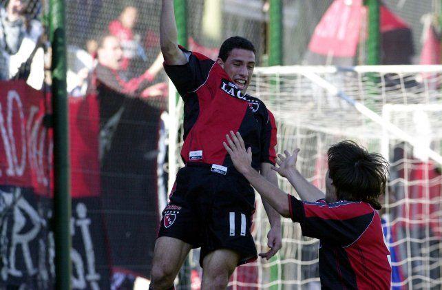 Hecho una fiera. Maxi celebra con  Nicolás Pavlovich uno de los tres tantos que le convertiría a Banfield en 2001. Primer hat-trick.