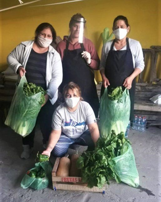 Voluntarios de De la Huerta a la Olla, con los bolsones de alimentos agroecológicos que entregan a los comedores de Rosario.