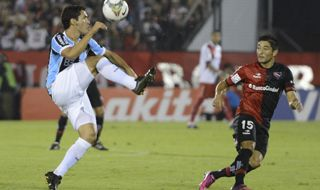 Casco intenta cortar una subida de Edinho. El lateral fue salida permanente en la Lepra. (Foto: H. Río)