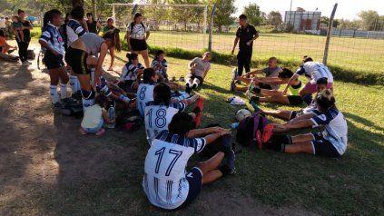 Las jugadoras de Sparta elongan y se preparan para entrar a jugar. La Rosarina de Fútbol empezó con todo.