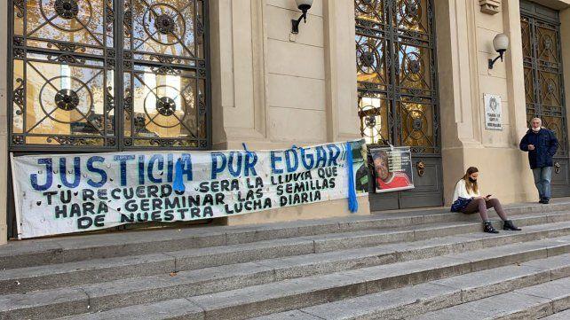 Familiares de un comerciante asesinado en Baigorria se encadenaron en la Gobernación