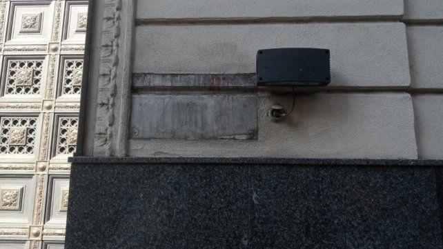 La placa de bronce sustraída este sábado estaba ubicada en la antigua puerta de entrada a La Capital