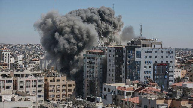 Una de la explosiones causadas por ataques israelíes causó numerosos muertos en un edificio de la franja de Gaza.