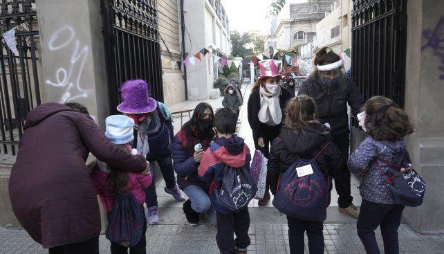 Desde el lunes pasado volvió la presencialidad en unos 150 jardines de infantes rosarinos. La resolución del Ministerio de Educación habilitó a que unos 33 mil niños matriculados pudieran regresar en modalidad de burbujas.