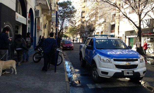 La policía interrumpió la circulación en la calle Rioja hasta que culminen los trabajos de Litoral Gas.