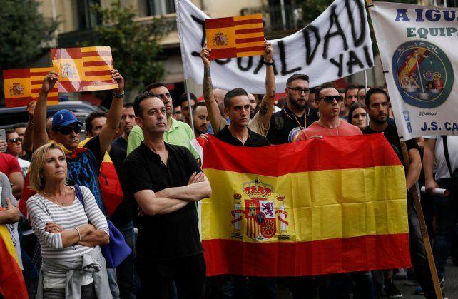 Fractura social. Un grupo de catalanes manifiesta en las calles de Barcelona contra los nacionalistas.