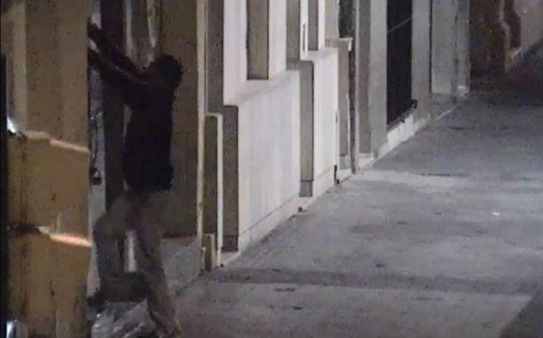 In fraganti. Las cámaras detectaron a un joven ingresando a un local.